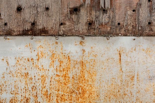 Verouderd metaal met roestvlekken en scherfhout