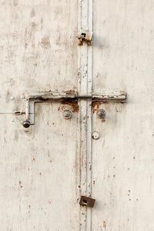 Verouderd metalen oppervlak met slot en verf