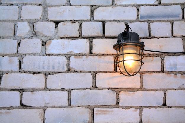 Veroudering lamp op bakstenen muur