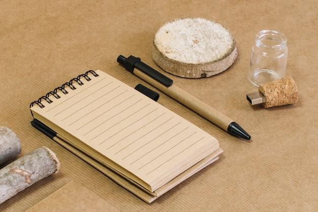 Verpakkend concept met blocnote en potlood