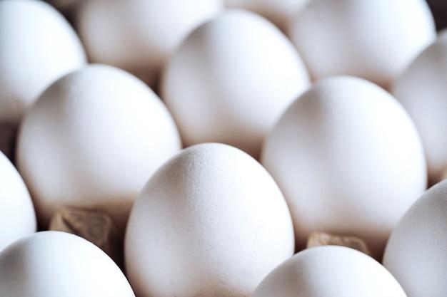 Verpakking, doos met witte eieren geïsoleerd