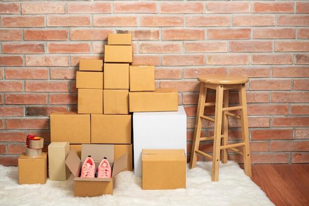 Verpakkingsdozen van levering op kamer