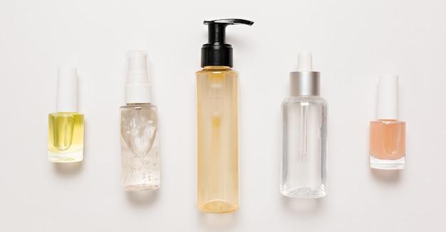 Verpakkingsontwerp voor biologische cosmetica. platliggend, bovenaanzicht helder glazen pompfles, borstelpot, hydraterende serumpot op een witte achtergrond. natuurlijke cosmetica spa