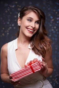 Verpakt cadeau en aantrekkelijke vrouw