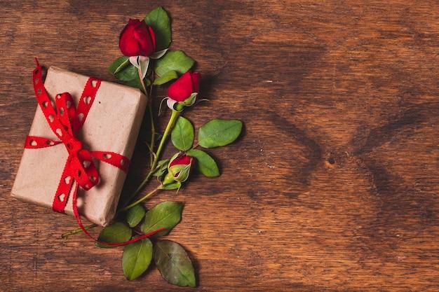 Verpakt cadeau met rozen