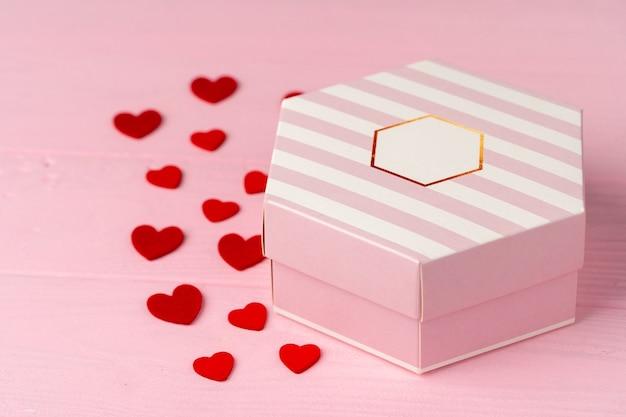 Verpakt cadeau voor valentijnsdag op houten tafel close-up
