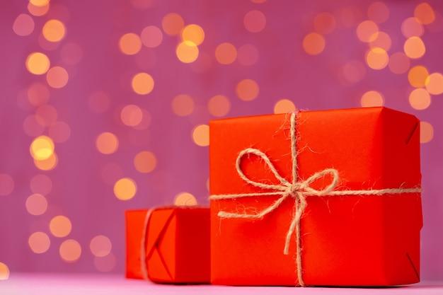 Verpakt cadeau voor valentijnsdag op houten tafel