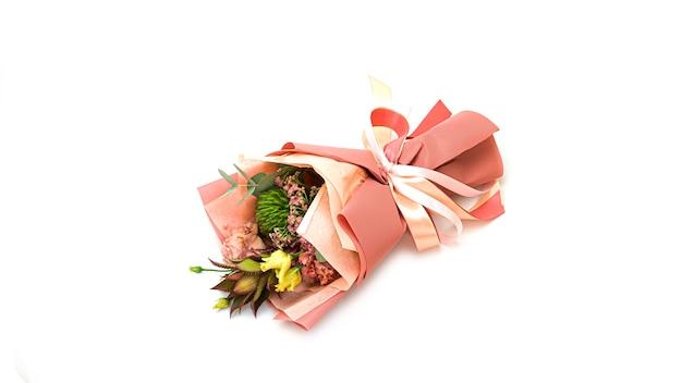 Verpakt exotisch boeket van decoratieve ananas, groene hortensia en eucalyptus. bovenaanzicht.