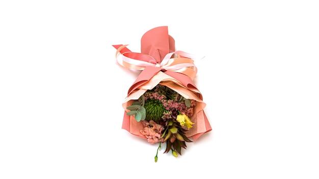 Verpakt exotisch boeket van decoratieve ananas, groene hortensia en eucalyptus.