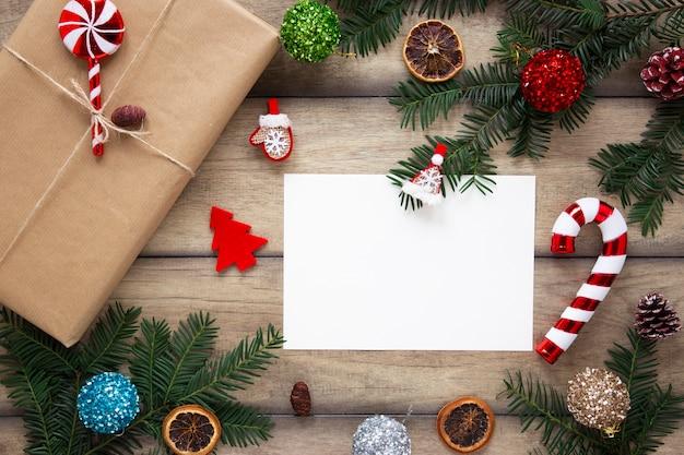 Verpakt geschenk naast kaartmodel