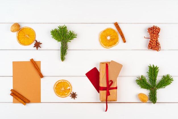 Verpakt heden op een houten achtergrond met de decoratie hoogste mening van de kerstmisvakantie
