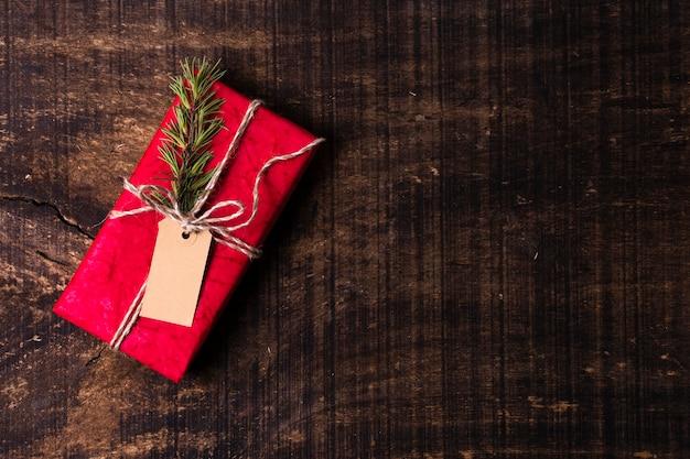 Verpakt kerstcadeau met lege tag en kopie ruimte