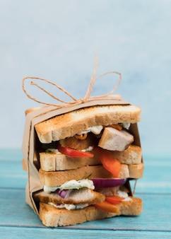 Verpakte broodjes op tafel