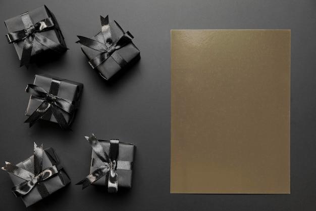 Verpakte cadeaus met bruine lege kaart