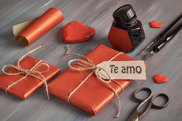 Verpakte cadeautjes, koord, een pen, posterpenpunt en inktput