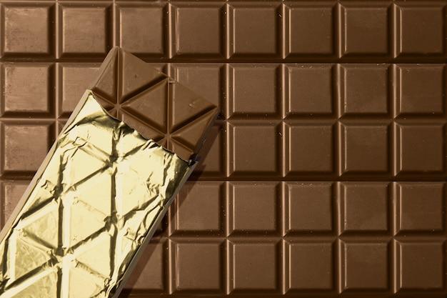 Verpakte chocoladereep met chocoladereepachtergrond