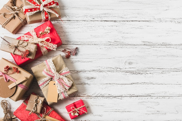 Verpakte geschenkdozen met kopie ruimte