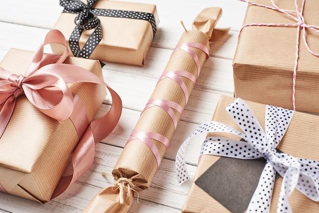 Verpakte geschenkdozen met lint op een witte achtergrond, close-up