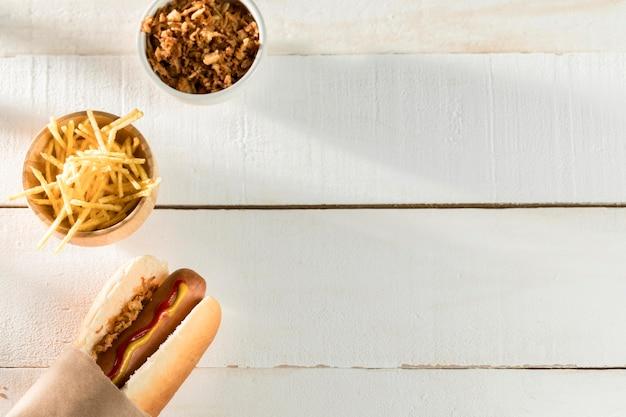Verpakte hotdog bovenaanzicht kopie ruimte