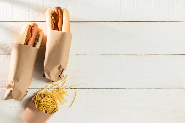 Verpakte hotdog en kaas kopie ruimte