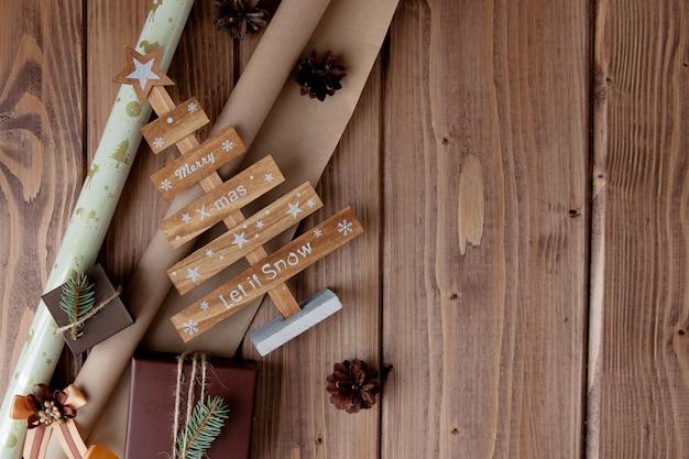 Verpakte kerstcadeaus in kraft papier op houten tafel.