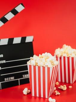 Verplaats clapperboard met popcorndozen