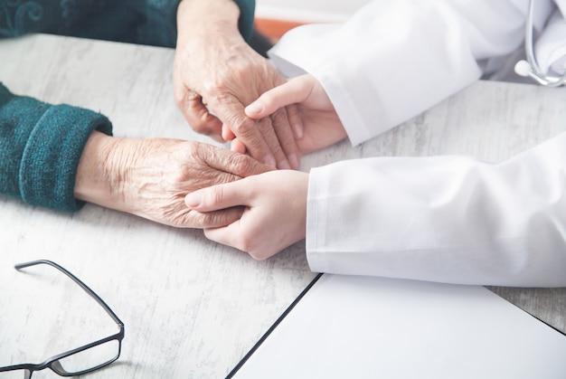 Verpleegkundige en oudere vrouw patiënt. gezondheidszorg en ouderenzorg