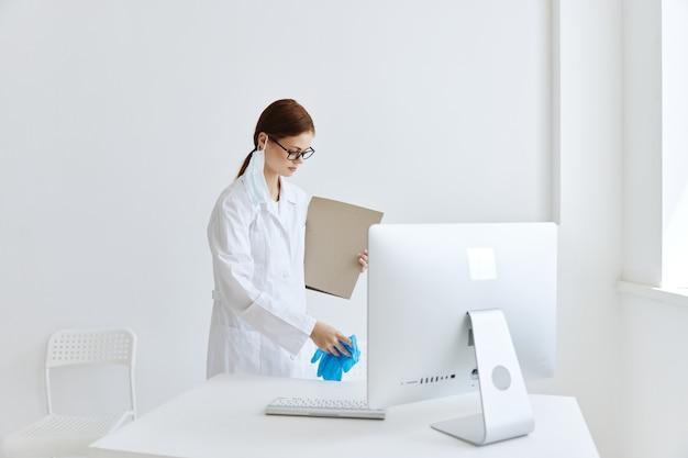 Verpleegkundige in witte jas met map ziekenhuisassistent werk