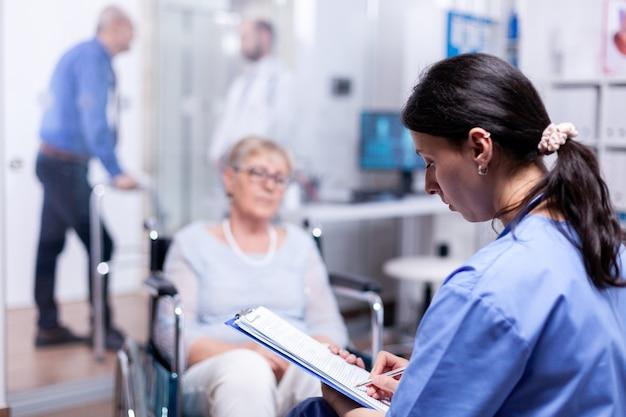 Verpleegkundige schrijft herstelbehandeling voor gehandicapte oudere vrouw in rolstoel