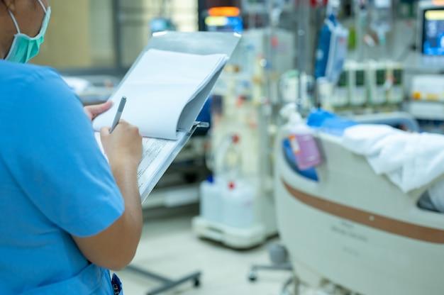 Verpleegkundigen controleren de functie van de hemodialysemachine voor gebruik bij patiënten met chronisch nierfalen.