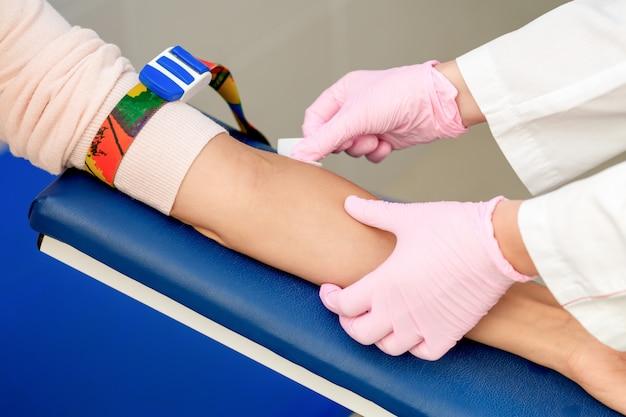 Verpleegster desinfecteert armhuid
