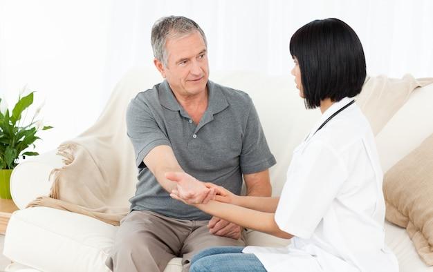 Verpleegster die de impuls van haar patiënt neemt
