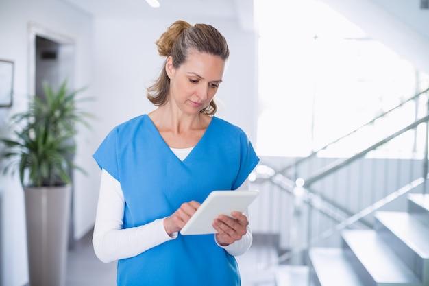 Verpleegster die digitale tablet gebruiken