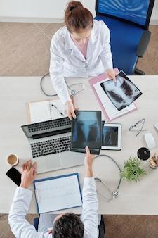 Verpleegster die longen x-ray geeft