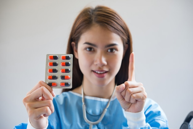 Verpleegster die medicijnen geeft
