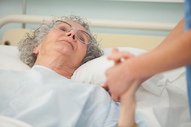 Verpleegster die om oude vrouw geeft
