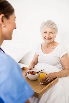Verpleegster die thuis voor lijdende hogere patiënt zorgt