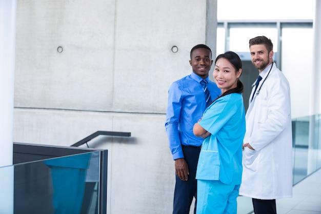 Verpleegster en arts met zakenman die zich in het ziekenhuis bevinden