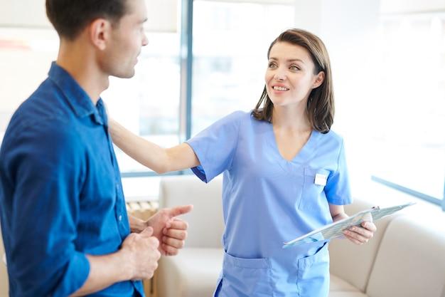 Verpleegster groet patiënt