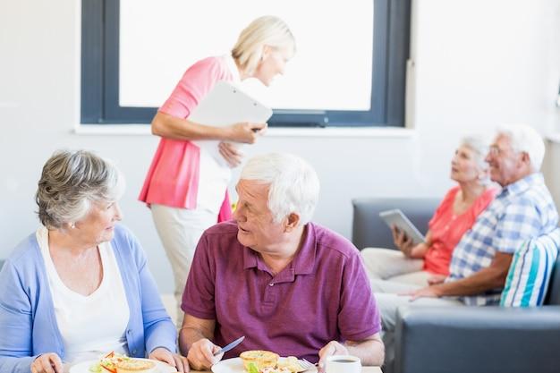 Verpleegster in gesprek met senioren