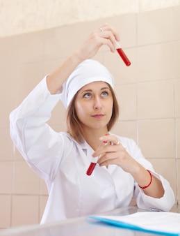 Verpleegster met proefbuis