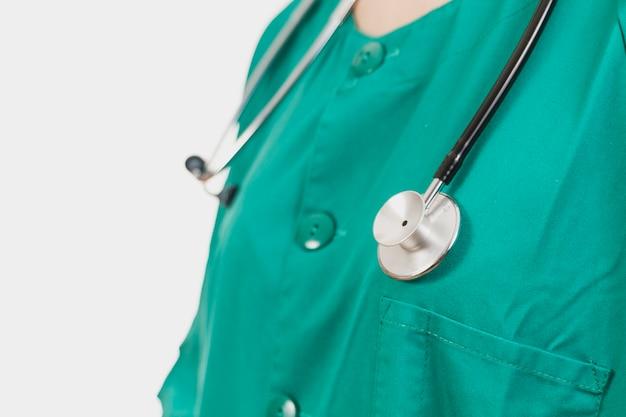 Verpleegster met stethoscoop rond de nek