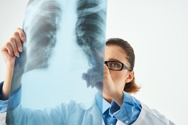 Verpleegster onderzoek professionele geïsoleerde achtergrond. hoge kwaliteit foto