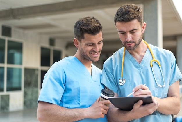 Verpleger met stethoscoop en koffie