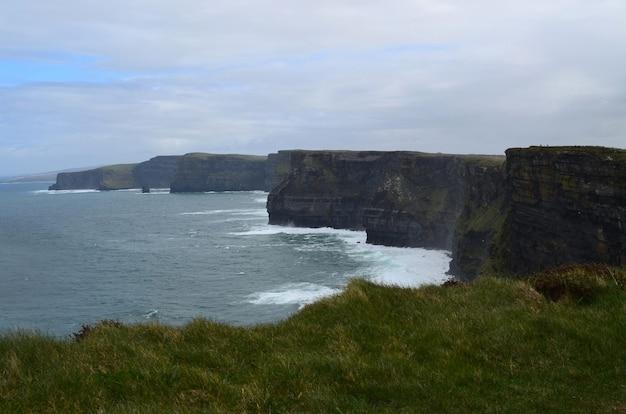 Verpletterende golven van de baai van galway op de kliffen van moher in ierland