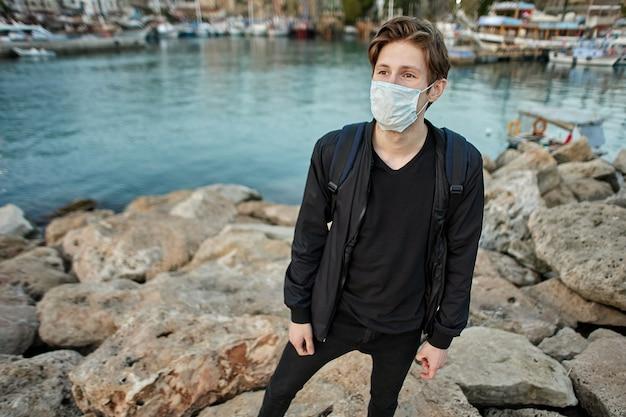 Verplicht dragen van een gezichtsmasker als beschermingsmaatregel tegen covid coronavirus-infectie in turkije