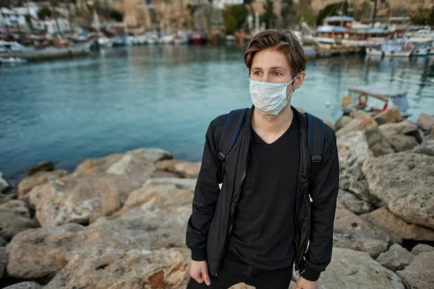 Verplicht gezichtsmasker dragen in turkije gebruikt een europese man pbm's als beschermende maatregel tegen covid-coronavirusinfectie