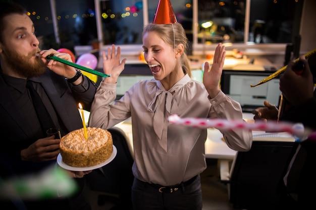 Verras op kantoor verjaardagsfeestje Premium Foto