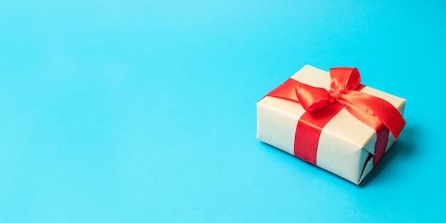 Verrassing cadeau vak cadeau aanwezig met rood lint strik op achtergrond, close-up, voor valentijn, kerstmis, verjaardag of moeders dag geschenk.
