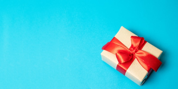 Verrassing geschenk vak geschenk aanwezig met rood lint strik op achtergrond